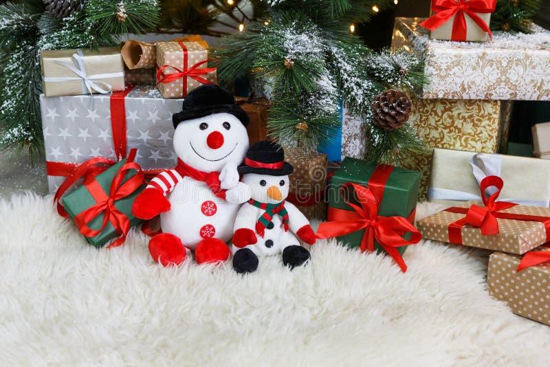 Comfortabele Kerstmisachtergrond Stuk speelgoed de sneeuwmannen en stelt onder nieuwe jaarboom voor royalty-vrije stock foto