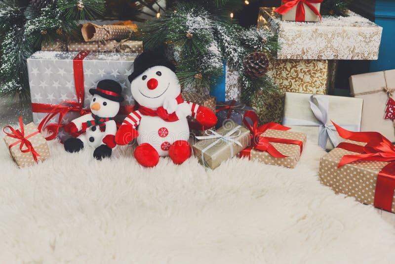 Comfortabele Kerstmisachtergrond Stuk speelgoed de sneeuwmannen en stelt onder nieuwe ye voor stock foto