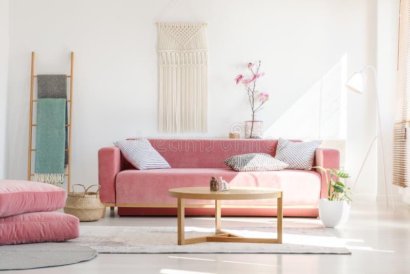 Comfortabele kussens en modieuze textiel in het zonnige, vrouwelijke leven r royalty-vrije stock afbeeldingen