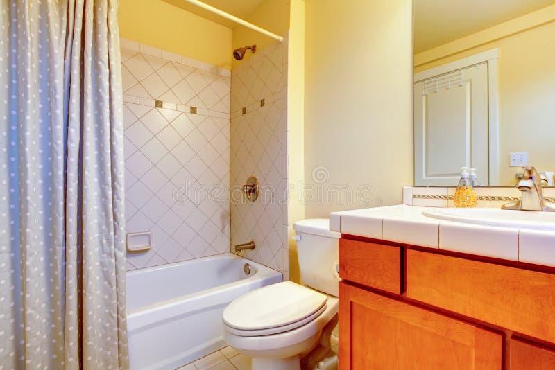 Comfortabele lichtgele badkamers stock afbeelding