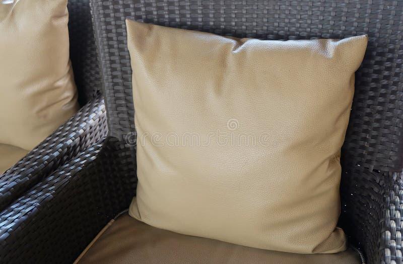 Comfortabele Moderne Rotanbank met Bruin Kussen royalty-vrije stock afbeelding