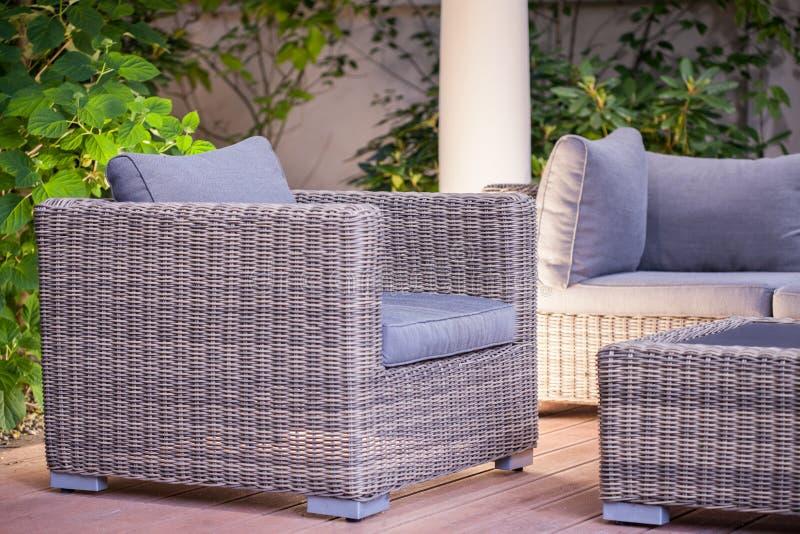 Comfortabele modieuze rotanleunstoel stock foto's