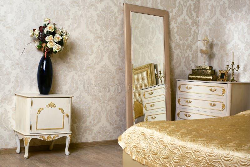 Comfortabele modieuze uitstekende hoek van de ivoorslaapkamer royalty-vrije stock fotografie