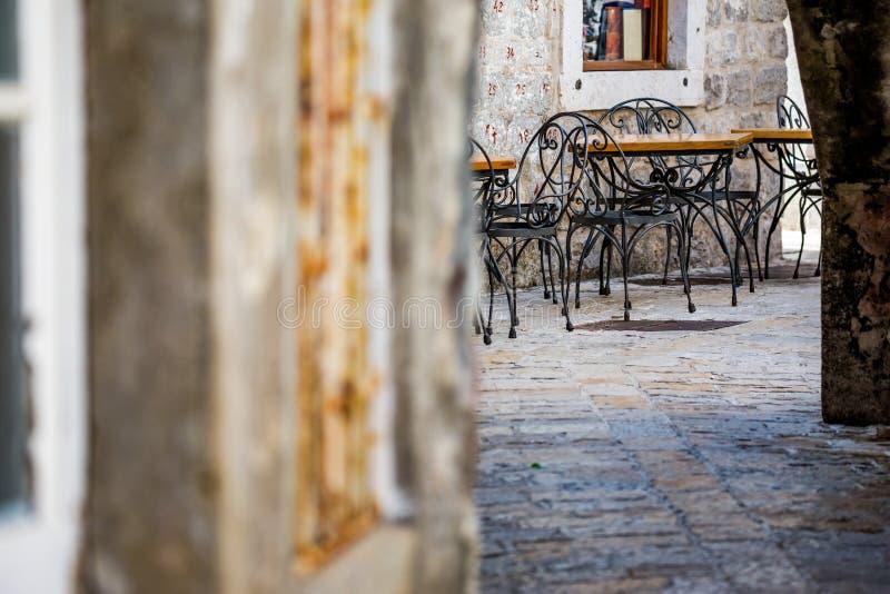 Comfortabele openluchtkoffie, houten lijsten, metaalstoelen royalty-vrije stock foto's