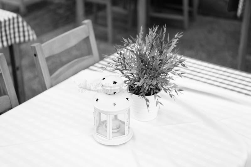 Comfortabele openluchtkoffie met boeket stock fotografie