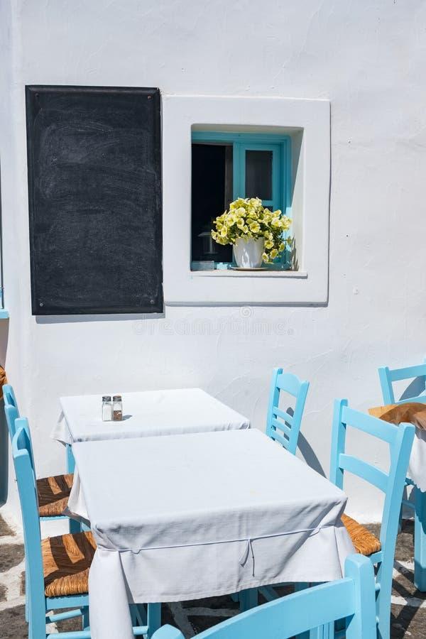 Comfortabele openluchtkoffie in Naoussa-stad op Paros-eiland, Griekenland royalty-vrije stock foto