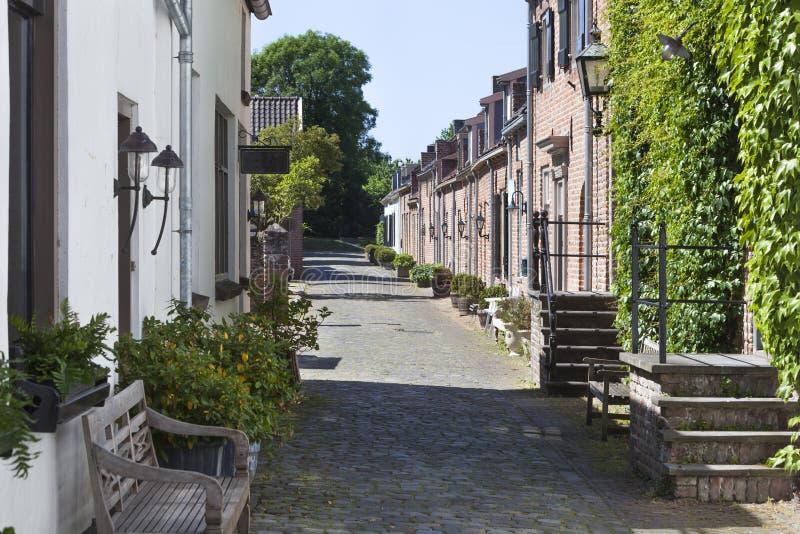 Comfortabele oude straat met keien stock foto's