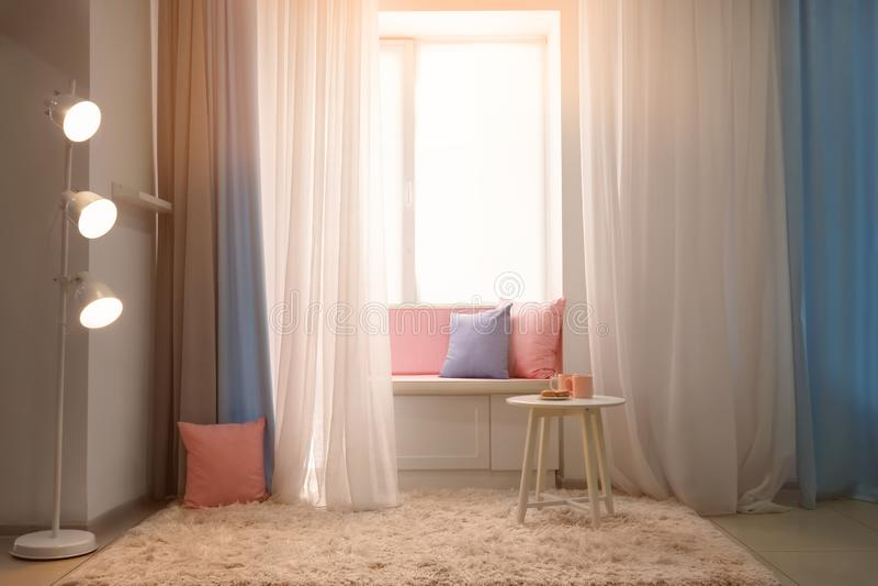 Comfortabele plaats voor rust dichtbij venster stock afbeelding