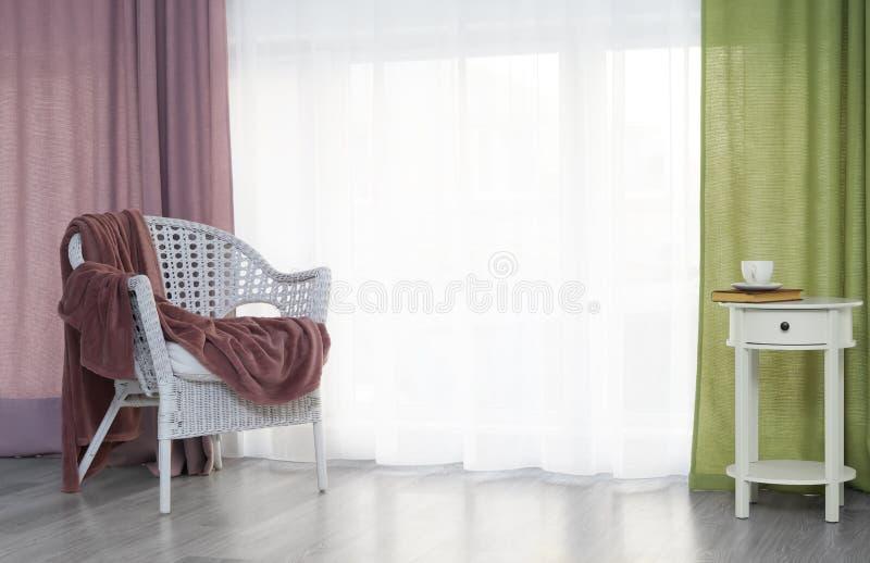 Comfortabele plaats voor rust dichtbij venster stock fotografie