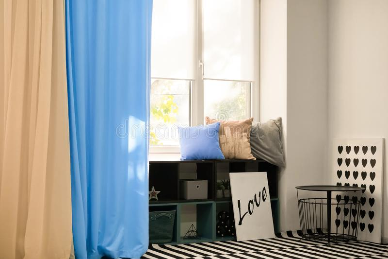 Comfortabele plaats voor rust dichtbij venster stock foto