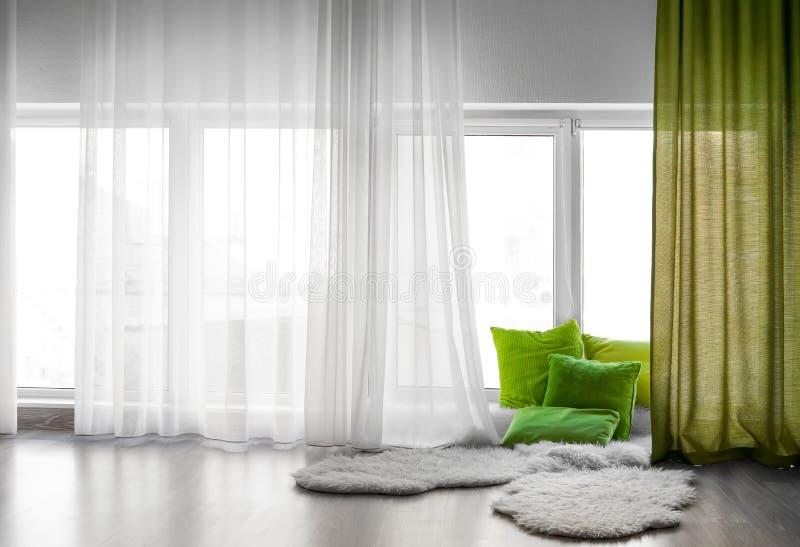 Comfortabele plaats voor rust dichtbij venster royalty-vrije stock afbeeldingen