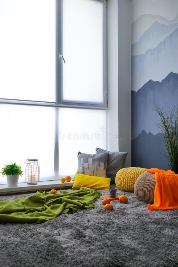 Comfortabele plaats voor rust dichtbij venster royalty-vrije stock fotografie