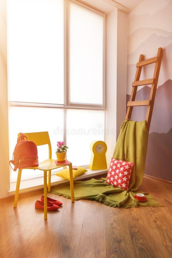 Comfortabele plaats voor rust dichtbij venster stock foto's