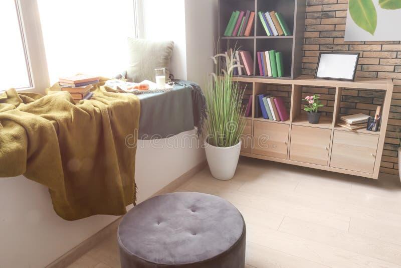 Comfortabele plaats voor rust met boeken en smakelijk ontbijt op vensterbank royalty-vrije stock foto's