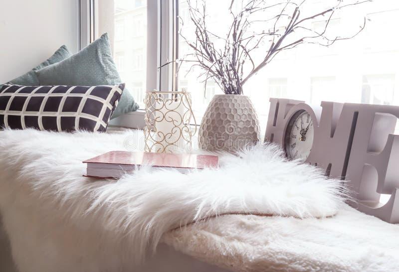 Comfortabele plaats voor rust met hoofdkussens en zachte pluizige plaid op vensterbank royalty-vrije stock fotografie
