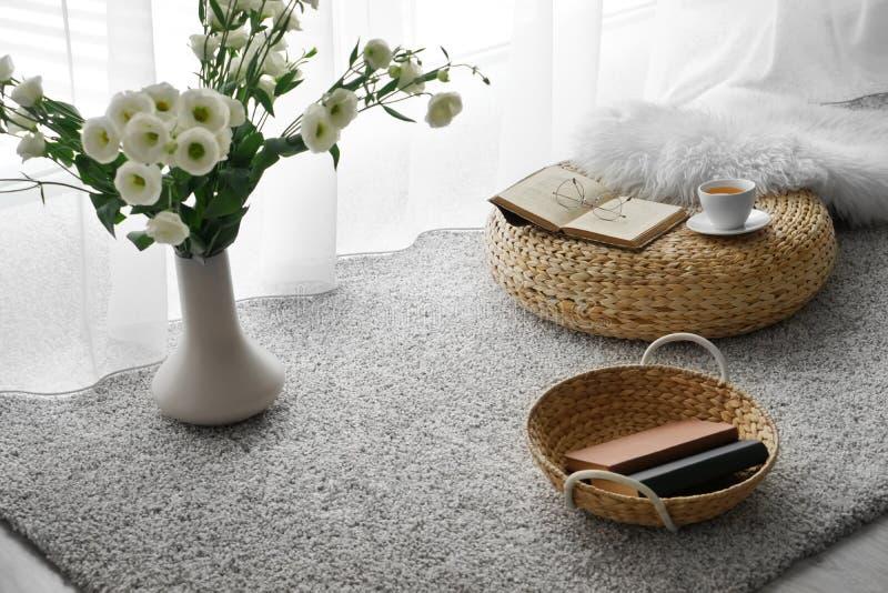 Comfortabele plaats voor rust met kop thee en boeken dichtbij venster royalty-vrije stock afbeeldingen