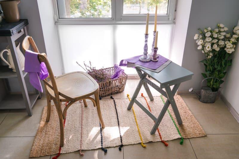 Comfortabele plaats voor rust met stoel en lijst dichtbij venster in keuken royalty-vrije stock foto's
