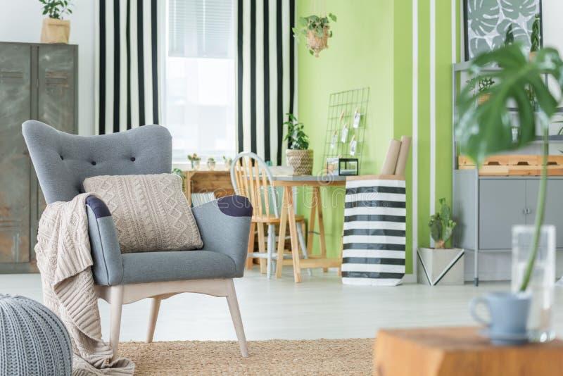 Comfortabele ruimte met metaalmeubilair royalty-vrije stock afbeelding