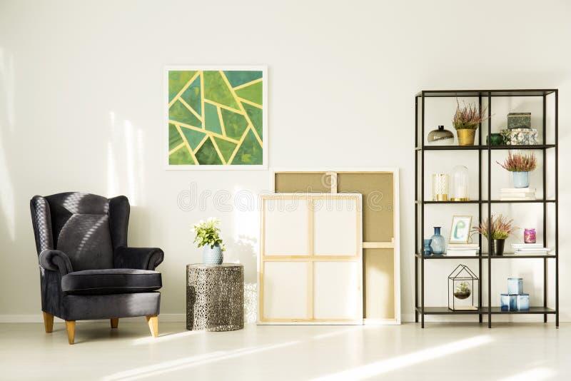 Comfortabele ruimte met zwarte leunstoel royalty-vrije stock afbeeldingen