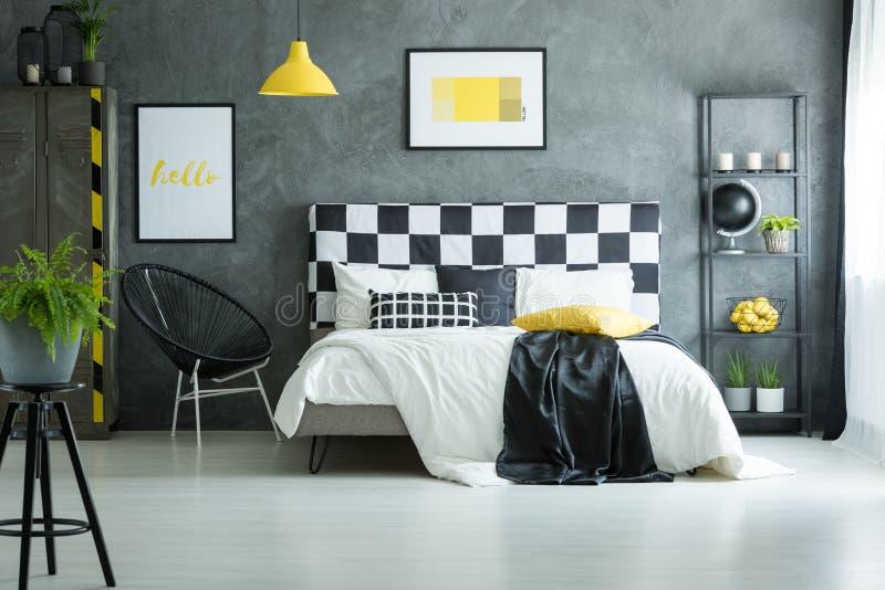 Comfortabele slaapkamer met glanzende witte vloer stock afbeeldingen