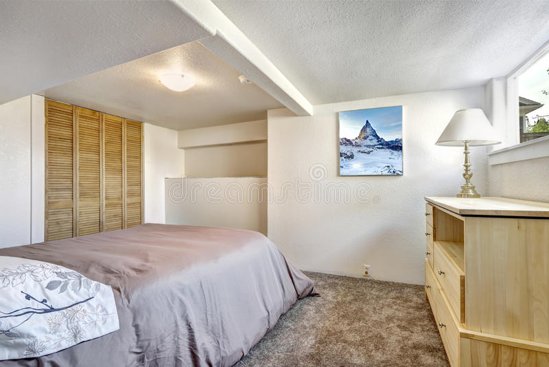 Comfortabele Slaapkamer Met Laag Plafond Stock Foto - Afbeelding ...