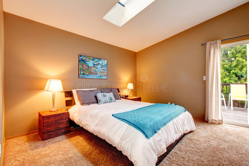 Comfortabele slaapkamer met stakingsdek en verfrissend wit beddegoed stock foto's