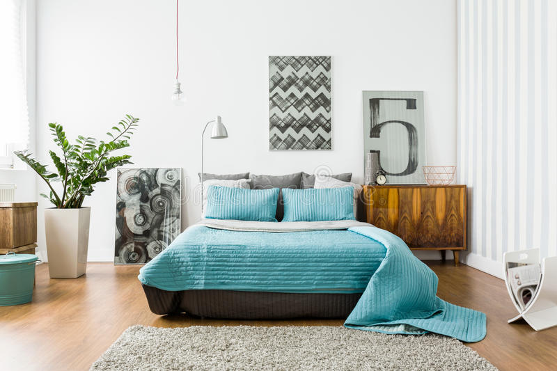 Comfortabele slaapkamer in modern ontwerp stock fotografie