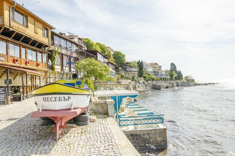 Comfortabele straat op de banken van oude toeristenstad stock afbeelding
