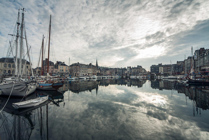 Comfortabele toeristische Franse Honfleur-stad; stock foto's