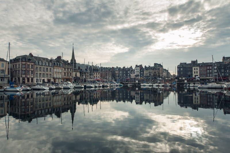 Comfortabele toeristische Franse Honfleur-stad; stock foto
