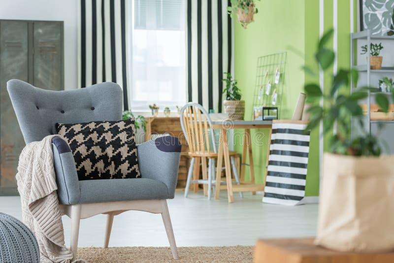 Comfortabele vlakte met grijze leunstoel stock foto's