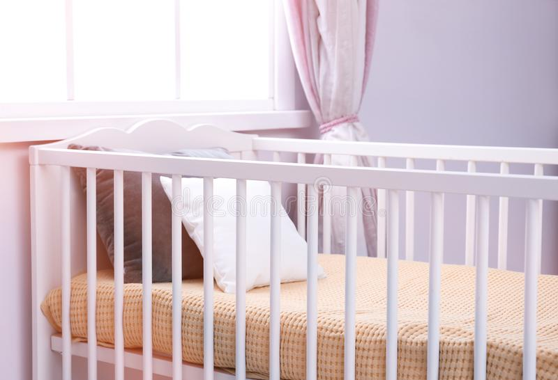 Comfortabele voederbak in babyruimte stock foto's