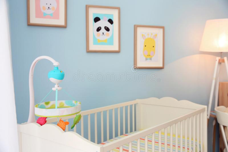 Comfortabele voederbak in lichte babyruimte royalty-vrije stock foto