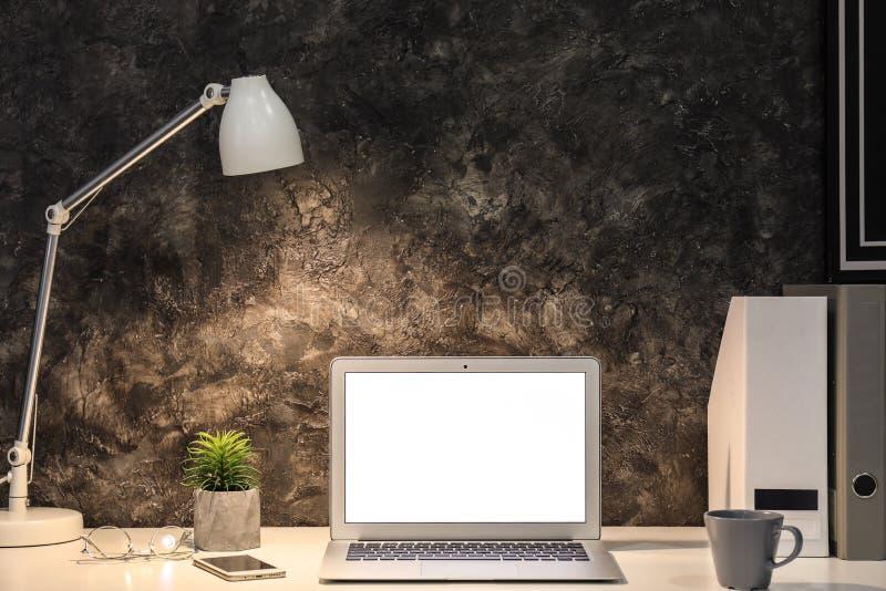 Comfortabele werkplaats met moderne laptop royalty-vrije stock afbeelding