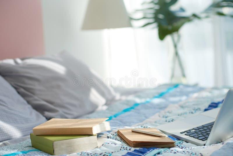 Comfortabele werkruimte in bed royalty-vrije stock fotografie