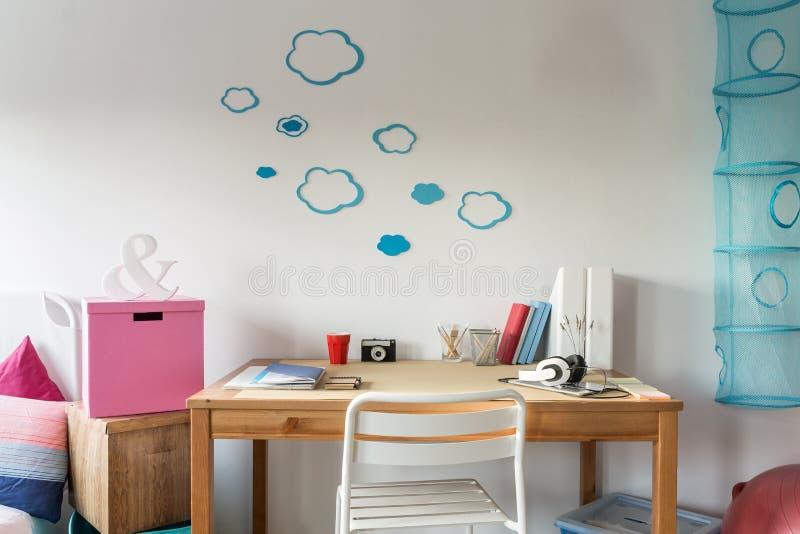 Comfortabele werkruimte in de ruimte van de student
