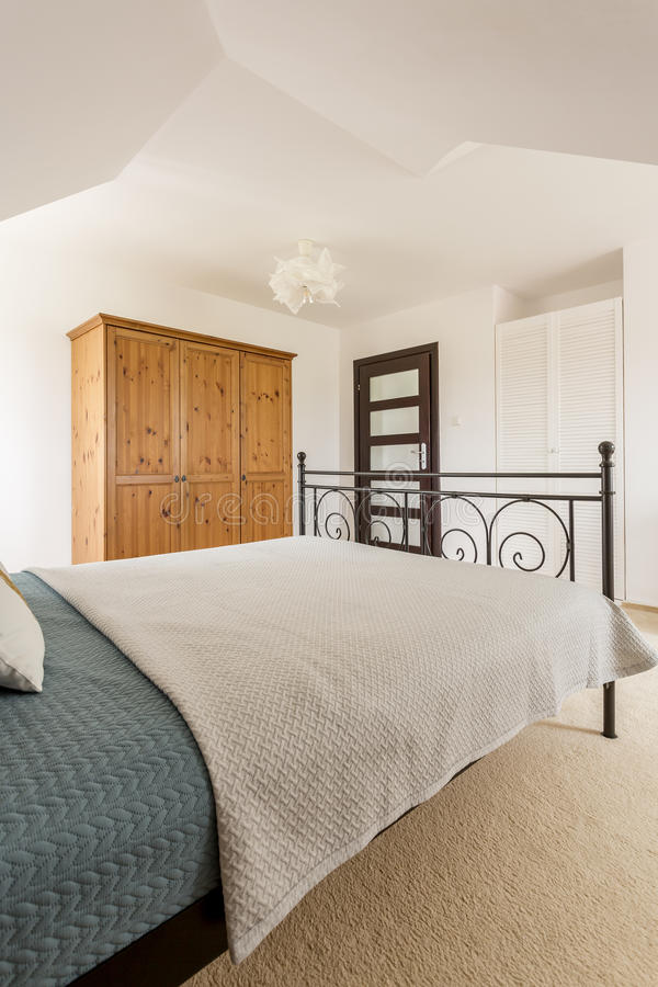 Comfortabele witte slaapkamer stock afbeeldingen