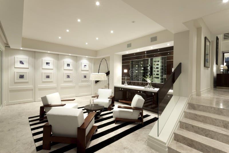 Comfortabele woonkamer met een muur van beelden for Immagini di salotti moderni