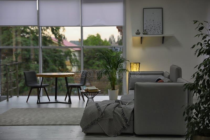 Comfortabele woonkamer met modern meubilair en modieus decor royalty-vrije stock fotografie
