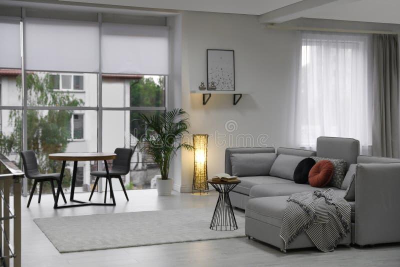 Comfortabele woonkamer met modern meubilair en modieus decor royalty-vrije stock afbeelding