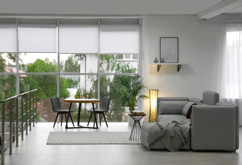 Comfortabele woonkamer met modern meubilair en modieus decor stock foto