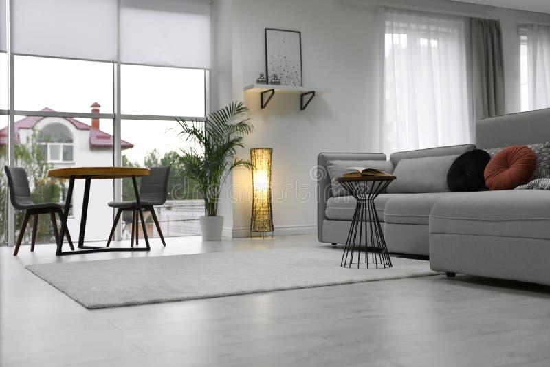 Comfortabele woonkamer met modern meubilair en modieus decor royalty-vrije stock afbeeldingen