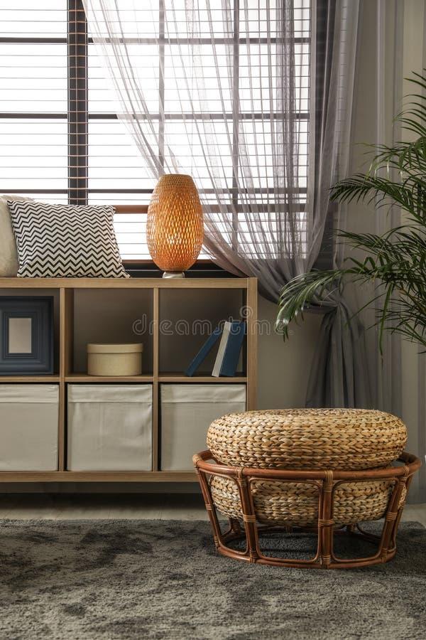 Comfortabele woonkamer met modieus meubilair en decoratieve elementen Idee voor binnenland stock afbeelding