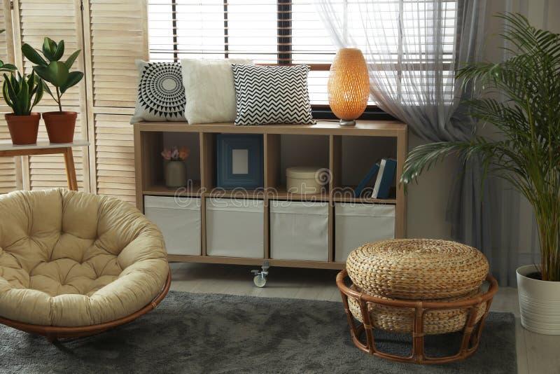Comfortabele woonkamer met modieus meubilair en decoratieve elementen Idee voor binnenland stock foto's