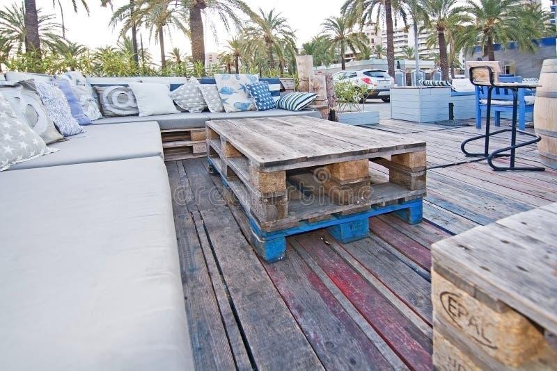 Comfortabele zeevaartstijlbank in openlucht royalty-vrije stock afbeeldingen