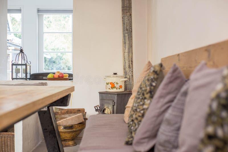 Comfortabele Zwarte Antieke Open Haard In Retro Woonkamer Uitstekend ...