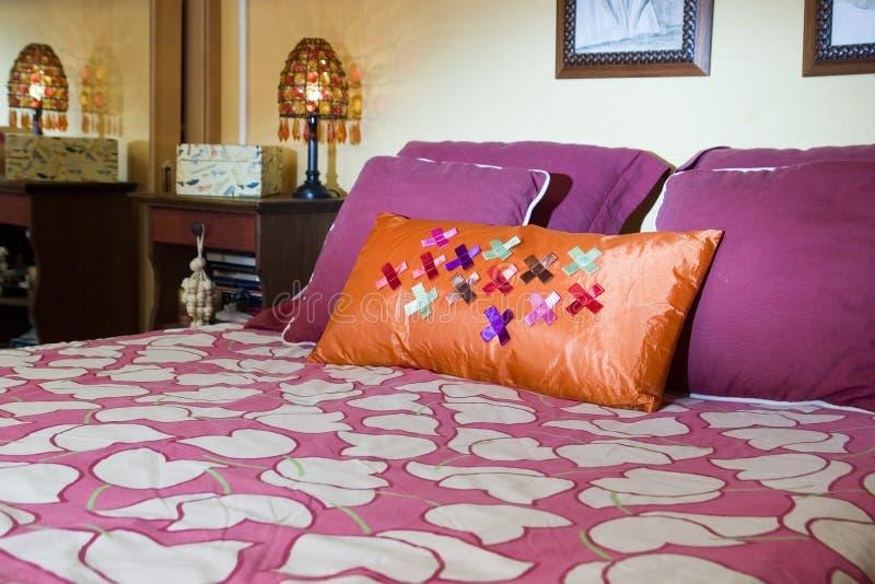 Comforter na cama no quarto fotografia de stock royalty free