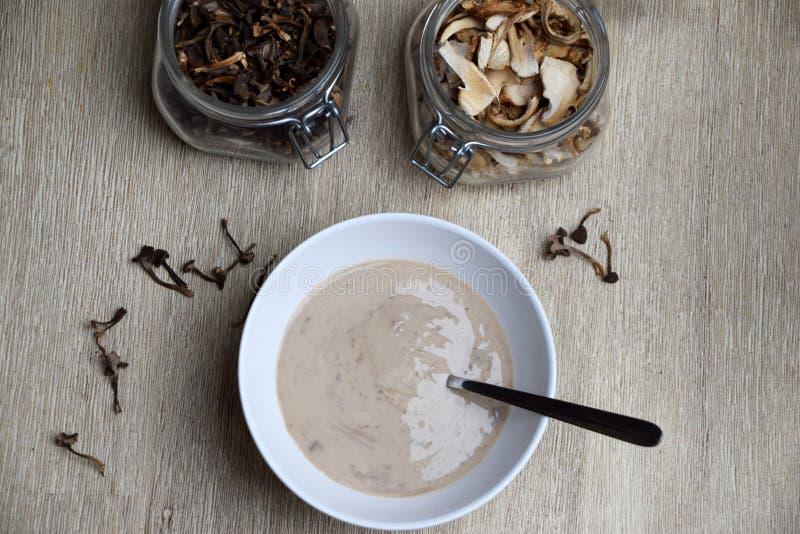 Comfortvoedsel met eigengemaakte champignonsoep royalty-vrije stock afbeeldingen