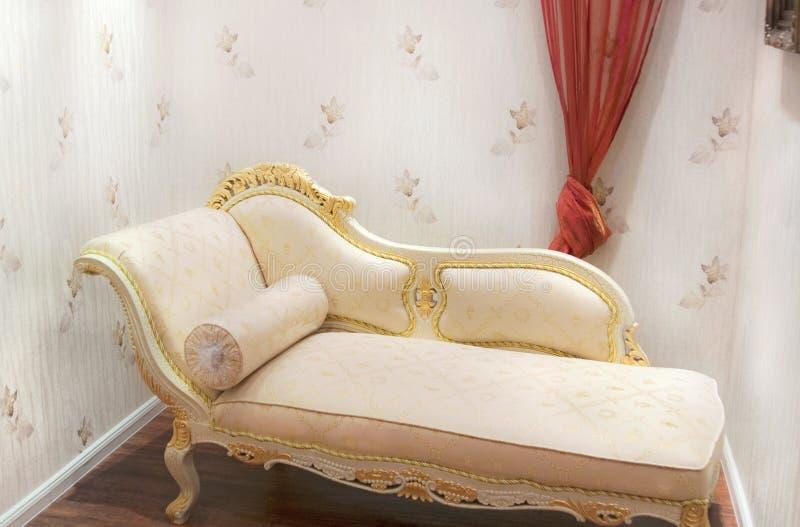 comfy vardagsrum för stol royaltyfria foton