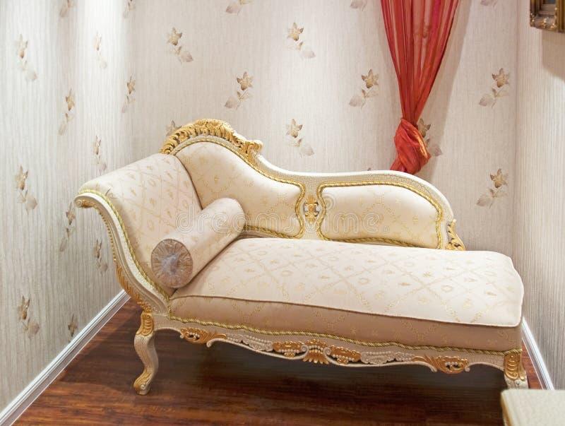 comfy vardagsrum för stol arkivbild
